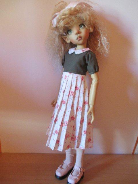 Layla vient vous montrer sa jolie tenue d'écolière