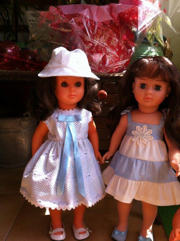 deux jolies filles en blanc et bleu
