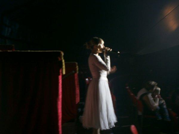 cirque MEDRANO  ( la chanteuse )