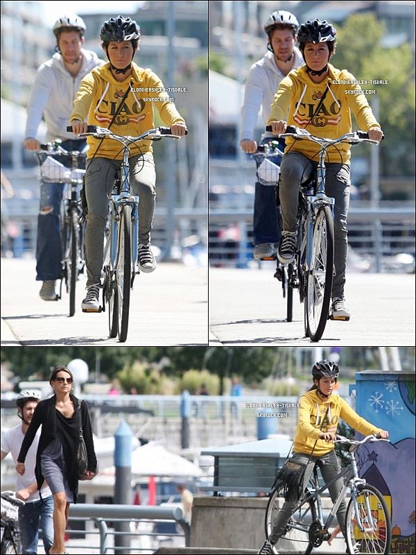 *  Ashley se baladant en vélo avec Scott dans Vancouver le 29 / 08. *