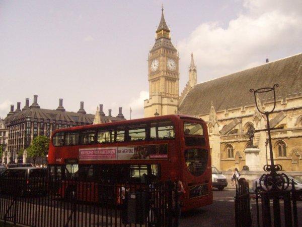 Un bus anglais où deriiere y'a Big Ben