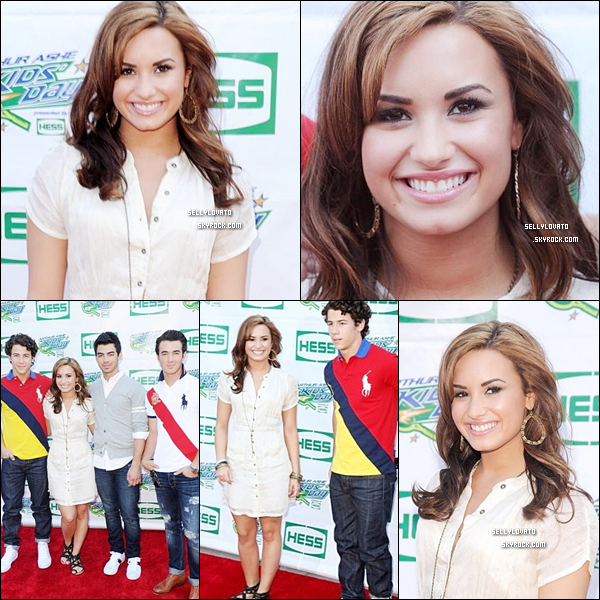 28/08/10 :  Demi et les Jonas sur le red carpet des « The 2010 Arthur Ashe Kids' Day » dans New York City .