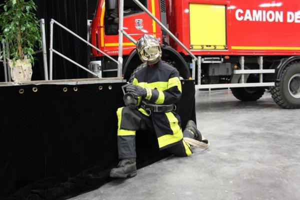 un autre de mes mannequins en tenue de feu ( bat) avec une ldv en deco inauguration csp besancon centre