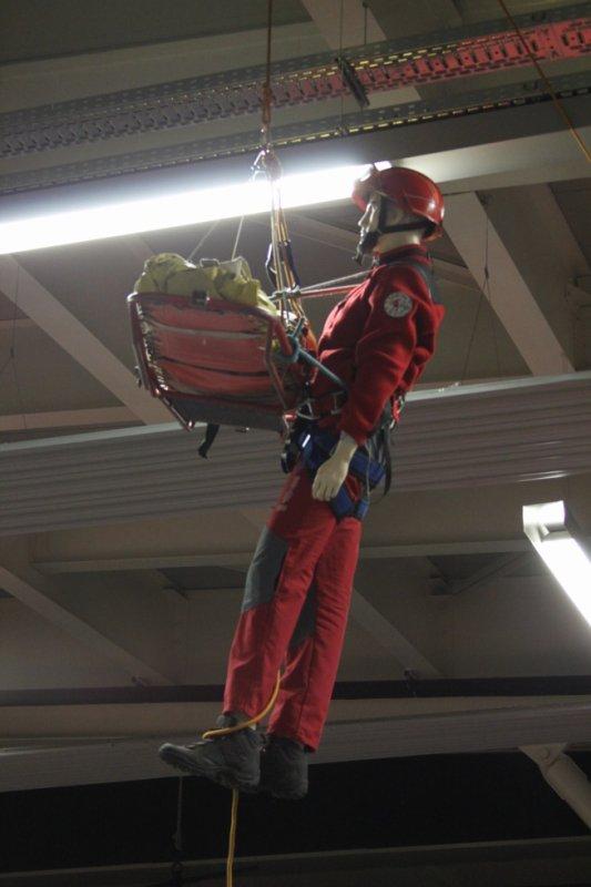 mon mannequin grimp avec la pegui  en deco a l inauguration du csp besancon centre