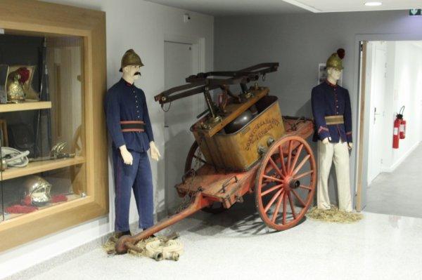 2 autres de mes mannequins en tenues des années 1900 en deco dans la partie ptit musée vitrine du csp besancon centre pour son inauguation