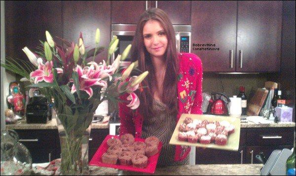 .      6/12/11 : Nina sur le tournage de l'épisode 13 de The Vampire Diaries    La photo avec Zack et Nina est très belle et celle de Nina toute seule aussi est comment dire dire...whaou ! . + Une photo de Nina avec des gâteaux dans la main a été rajoutée sur twitter   Son gilet est trop beau je trouve, il est original je trouve et ses gâteaux nous donnent envie, Nina se met à la cuisine ?