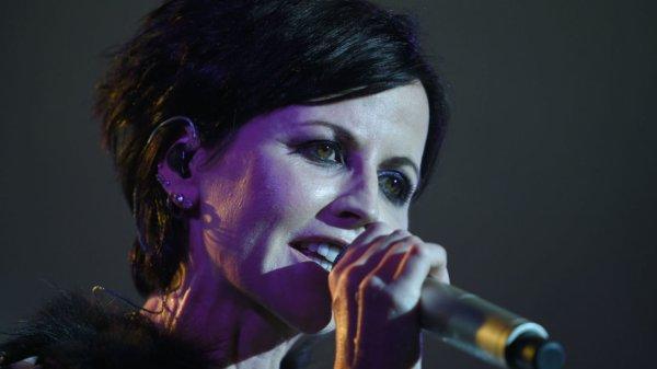 """Dolores O'Riordan, la chanteuse du groupe irlandais The Cranberries, est morte lundi """"soudainement"""" à l'âge de 46 ans."""