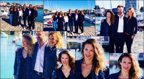 15/09/18 : Lorie Pester était présente lors du  « Festival de la fiction TV de La Rochelle » se déroulant à - La Rochelle ! C'est pour une séance de dédicace que notre chanteuse et les acteurs de DNA était présente. J'y étais, elle était magnifique, un gros top !