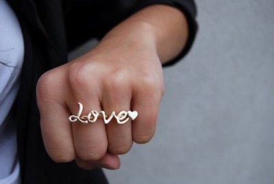 Liebe ist etwas, auf das man keinen Einfluss hat. Sie findet einen ohne Grund, ohne Erklärung und ohne, dass man sich dagegen wehren kann. Vielleicht ist es mit der Liebe wie mit der Musik... Man kann sie nicht erklären, sie trifft einen wortlos.