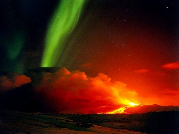 Eruption volcanique accompagnée d'une aurore boréale