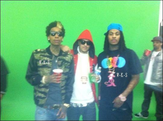 """• 01/04 : Ils viennent juste de mixé et maintenant la vidéo pour """"Banger"""" est confirmé avec une photo de : Wiz, Montana et Waka Flocka sous un fond vert."""