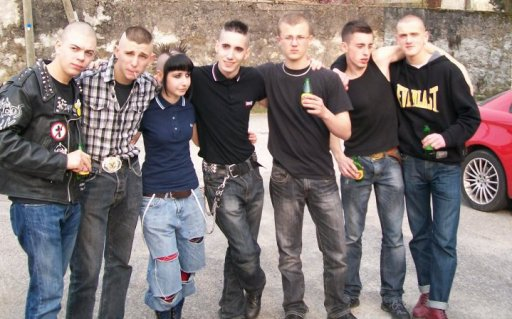 Skinhead A Grand Coups De Rangers Et De Barre De Fer