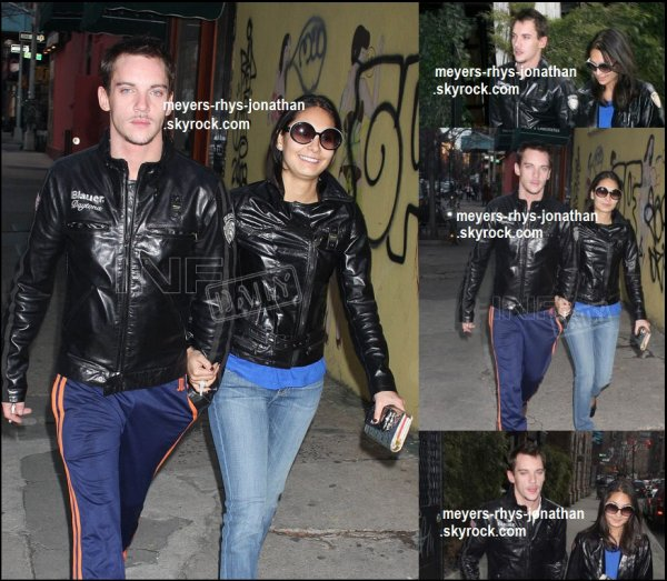 Jonathan ce baladant avec sa femme Reena Hammer dans les rue de Los Angeles