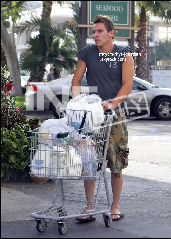 Jonathan faisant ses courses habiller saison d'été , mais voyon jonh on est en Hiver !
