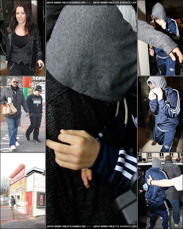 .  Justin  est sorti plus tôt aujourd'hui avec sa mère et son personnel pour manger au McDonald's . Dés son départ de l'hôtel, le paparazzi l'a traqué, c'est pourquoi il a  essayé de se cacher dans le capot de sa veste.  .