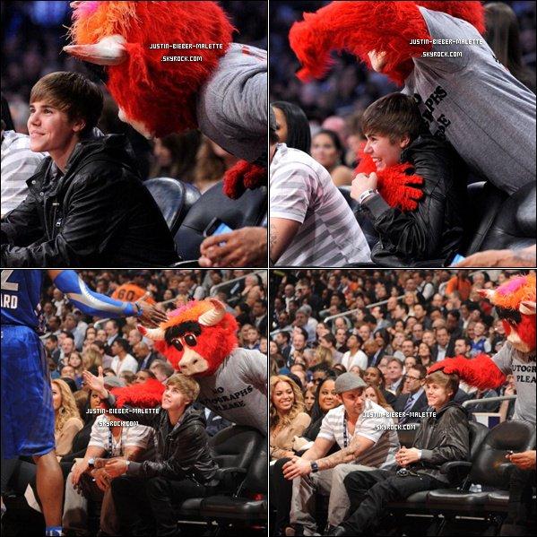 .   Justin  accompagné de son père pour aller au All Star Game 2011 .