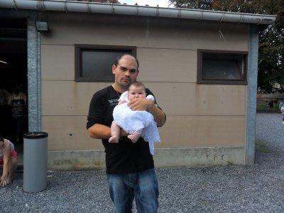 mon beau frere et ma fille de 6 mois