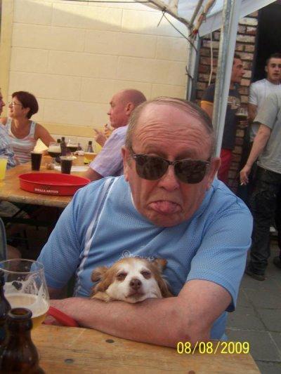 voici mon beau pere et son chien  il nous manque