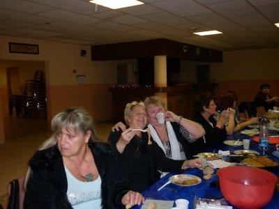 Bonne soirée amies du blog .J'ai passe une tres bonne soirée avec mon groupe de prieres .Nous  avons bien mange :bien bu et bien danse ;Je suis heureuse car ils y avaient mes soeurs ;mes belle-soeurs et mes amies .c'etait tres reussi ;moi je me suis bien defoulée sur la piste de danse ;