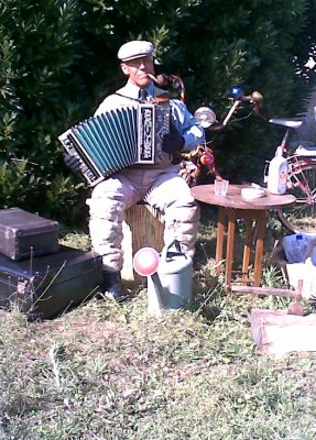Accordez donc, l'aumône à l'accordéon.