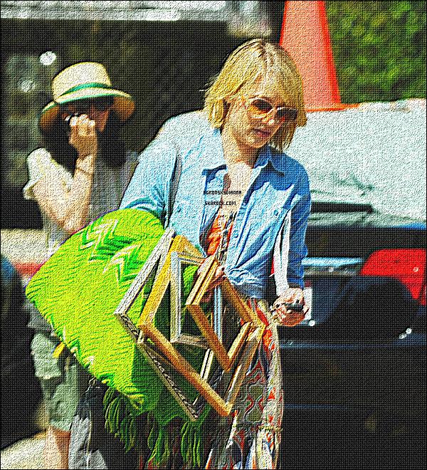 . 17/07/2011 : Dianna Agron s'arrêtant dans un marché hollywoodien où elle a par la suite fait quelques achats... .