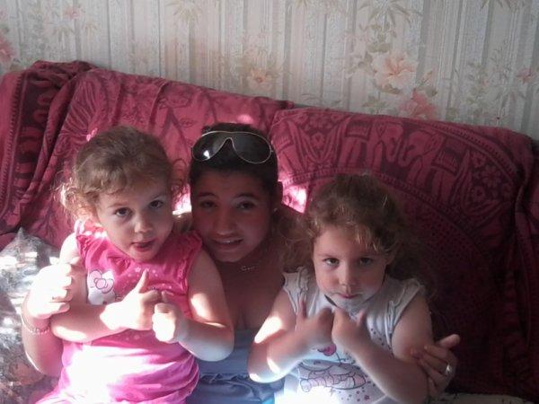 Maélys et Maéva a coté de leur tata adoré <3
