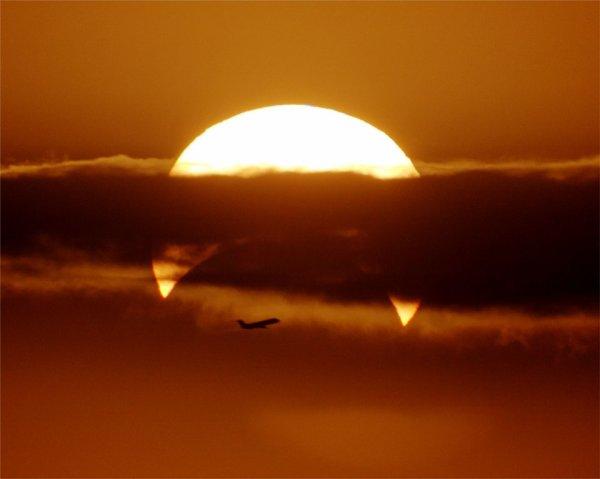 Éclipse solaire partielle avec Airplane