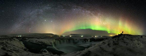La cascade et le World At Night