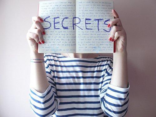 Un secret, ce n'est pas quelque chose qui ne se raconte pas...   Mais c'est une chose qu'on se raconte à voix basse, et séparément.