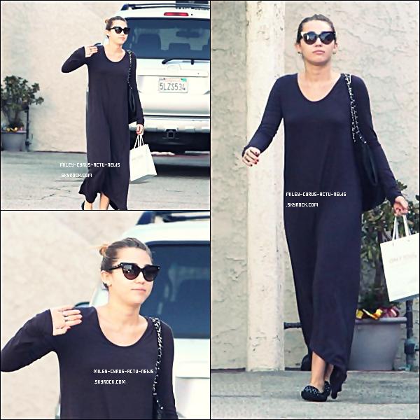 24.09.11 - Miley est ENFIN sortie, elle s'est rendu à la banque après avoir était dans un salon de beauté à Los Angeles.Gros FLOP pour moi, c'est horrible on dirait qu'elle est en robe de chambre --' et vousTOP OR FLOP ?