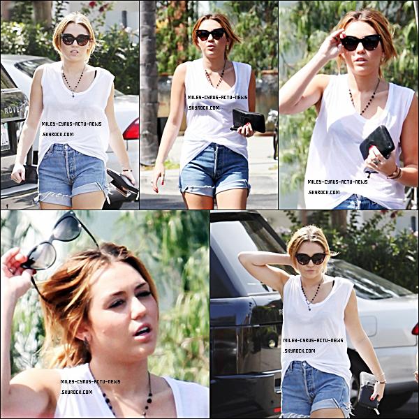 26.09.11 - Miley a été aperçue dans Los Angeles, elle s'est rendue dans la boutique Bed Bath & Beyond accompagnée de  Mandy . Côté tenue, c'est un TOP appart, ses sortes de chaussures qui ressemble plutot a des pantoufles et vous TOP OR FLOP ?