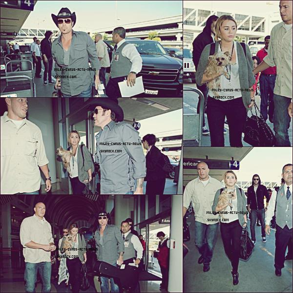 """27.09.11 - Miley a été vu avec Liam et sa famille à l'aéroport LAX de Los Angeles. Vous pouvez voir que la mère de Miley porte les """"pantoufles"""" que Miley portait les jours précedentsTOP OR FLOP ?"""
