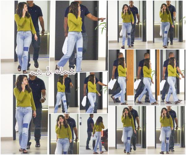 24/07/18 : Selena a été photographiée quittant un bâtiment se situant dans Los Angeles, en CA. Miss Gomez était vêtue d'un pull de couleur vert, d'un jeans et de scandales. Je lui accorde un petit bof pour sa tenue! Avis?