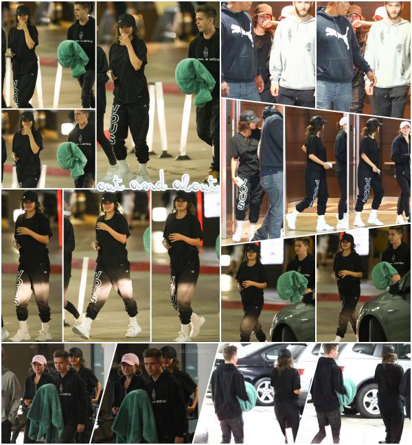 26/07/18 : Selena Gomez a été photographiée se promenant dans Los Angeles, en Californie. Miss Gomez était accompagnée de ses amis Caleb Stevens et Caroline Franklin. Niveau tenue, je ne suis pas fan. Un bof!