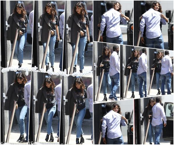29/07/18 : Selena Gomez a été vue se rendant à un service religieux situé à Los Angeles, en CA. Miss Gomez est à nouveau de sortie et cette fois-ci pour se rendre à l'église. J'aime la tenue en général donc c'est un top!