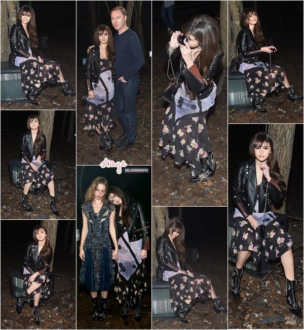 13/02/18 : Selena était présente au défilé de Coach 1941 dans le cadre de la Fashion Week à NY.  J'aime sa mise en beauté assez naturel, mais j'aime moins sa robe. Je lui accorde un petit bof! Ton avis?