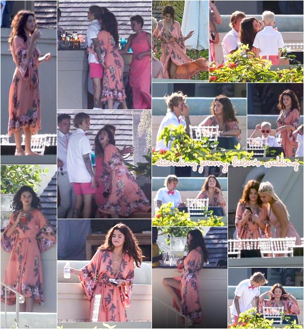 19/02/18 : Selena était présente au mariage de Jeremy Bieber qui se déroulait en Jamaïque. Le même jour, Justin et Selena ont été photographiés se faisant des câlins et s'embrassant dans Montego Bay, en Jamaïque.