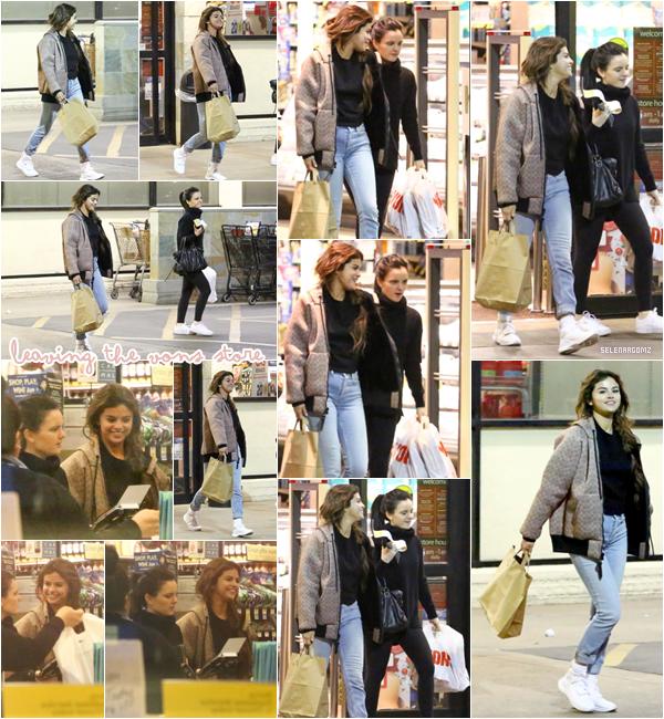 """21/02/18 : Selena Gomez à été vue quittant le magasin """"Vons"""" à Los Angeles, en Californie. Elle était en compagnie de son amie Ashley Cook. Côté tenue, c'est un top pour Selena! Simple mais joli! Ton avis?"""