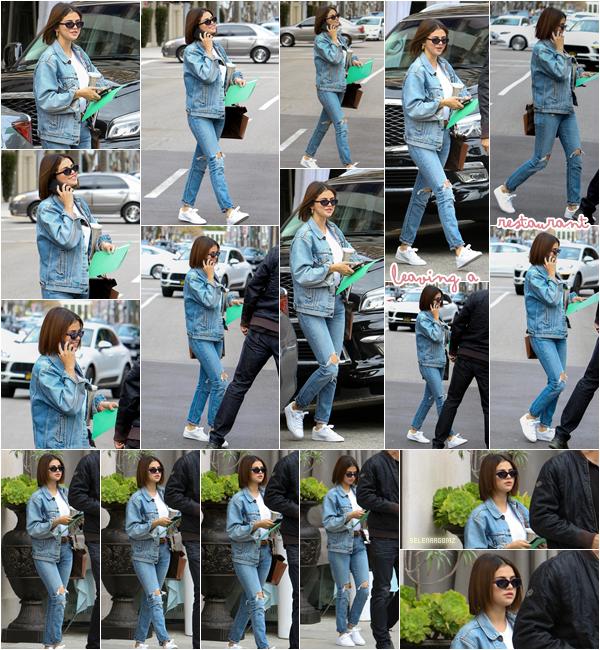 16/03/18 : Selena à été aperçue quittant un restaurant situé à Beverly Hills, en Californie. Selena portait une veste en jeans avec un jeans déchiré. J'aime beaucoup, je lui accorde un top!  Ton avis?