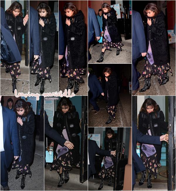 """13/02/18 : Selena Gomez a été vue quittant le chocolatier """"Mariebelle"""" situé à New York City. Je n'aime toujours pas sa robe mais j'aime bien son manteau. Je lui accorde un petit bof! Ton avis?"""