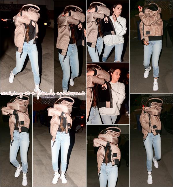 21/02/18 : Selena à été vue arrivant à l'appartement d'un ami à Los Angeles, en Californie. Elle était en compagnie de son amie Courtney Barry. Côté tenue, c'est un top pour Selena! Ton avis?