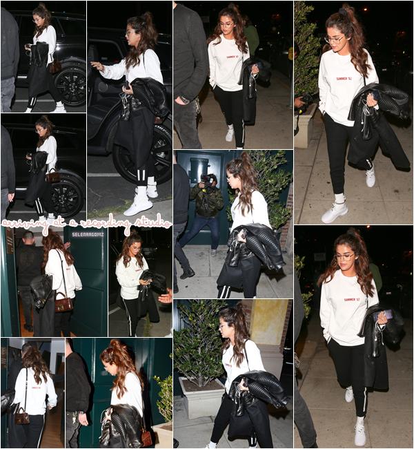 22/02/18 : Selena à été vue arrivant à un studio d'enregistrement à Westwood, en Californie. Selena nous prépare-t-elle un nouvel album? Affaire à suivre. Côté tenue, c'est simple mais très joli. Je lui accorde un joli top!