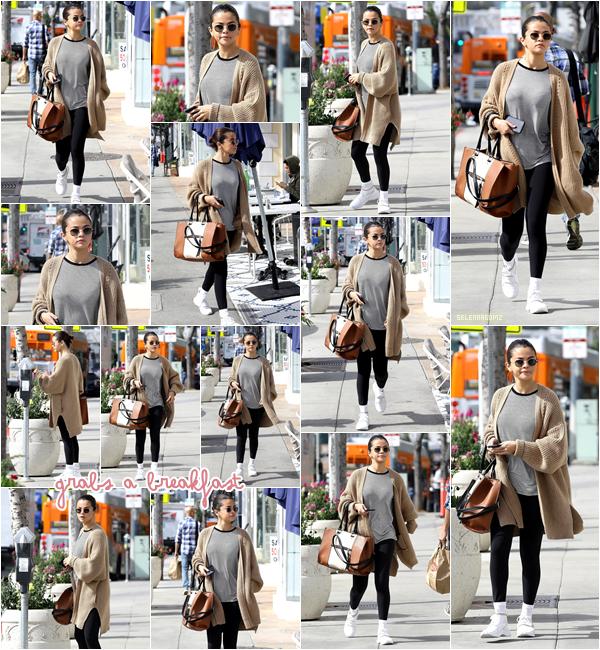 08/03/18 : Selena Gomez à été vue allant déjeuner dans le quartier d'Hollywood, en Californie. Côté tenue, Selena portait une tenue assez classique. Je lui accorde un petit bof car je ne suis pas fan de sa tenue. Ton avis?