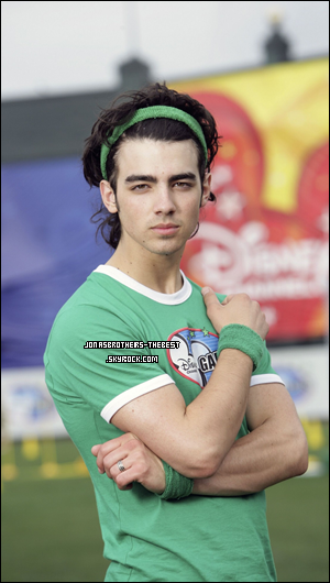 Photos 2008 Je vous présente troisphotoshoots de Joe Jonas, photographiée  par « M. Sharkey for People for Disney Channel Games 2008 »