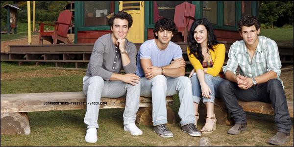 Photos 2010 Je vous présente des photoshoots des Jonas Brothers, accompagnée de Demi Lovato, photographiée par un photographe donc je n'ai pas trouvée le nom :/