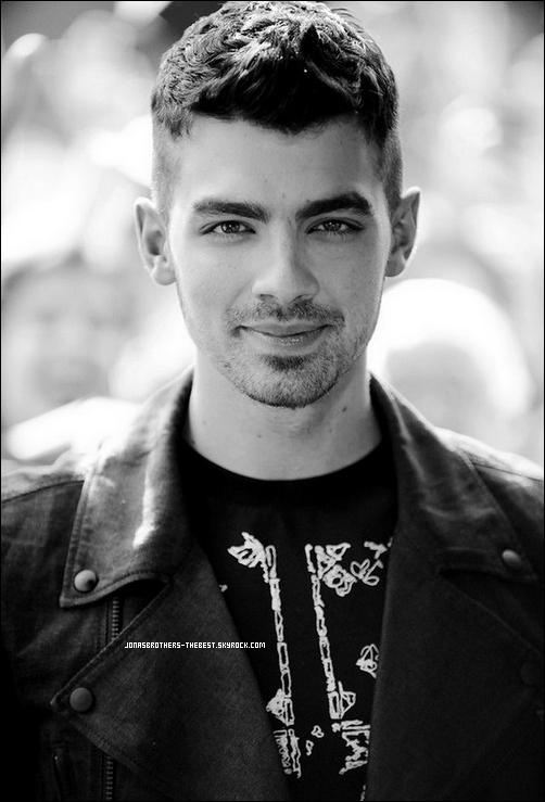 Photo 2011 Je vous présente une photo de Joe Jonas, photographiée par  Arthur Mola