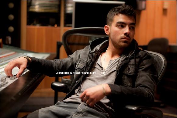 Photos 2011 Je vous présente deux photos de Joe Jonas, photographiée par Rob Hoffman