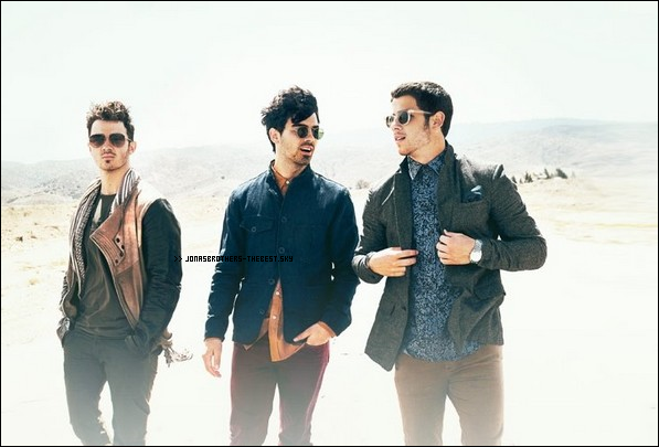 "Photo 2013 Je vous présente une photo des Jonas Brothers , photographiée par Walden Brothers pour l'album "" First Time """