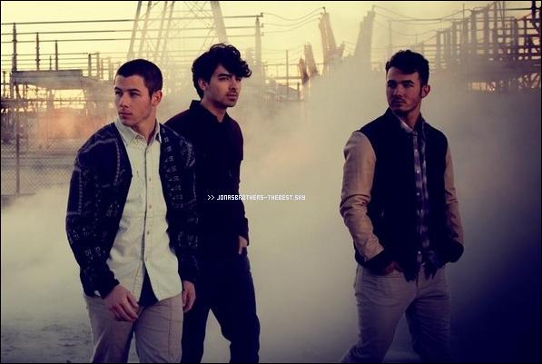 """Photos 2013 Je vous présente deux photos des Jonas Brothers , photographiée par Walden Brothers pour l'album """" First Time """""""