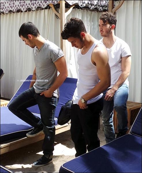 Photos 2013 Je vous présente trois photoshoots des Jonas Brothers, photographiée par Out Magazine